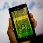 Lenovo presenta su nuevo smartphone Racer-A basado en el chip Midfield de Intel.